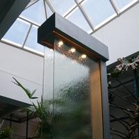 Интерьерный водопад по стеклу